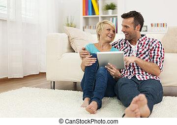feliz, pareja, Sentado, alfombra, hogar, Utilizar, digital,...