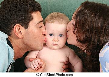 pais, beijando, bebê