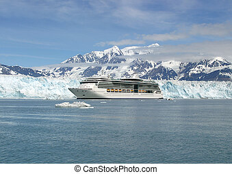 Adventure on the icy waters of Alaska - Cruise ship on...