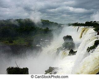 cataratas del iguazu - gran caida de agua en las cataratas...