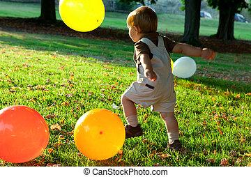 Feliz, bebê, Menino, tocando, bexigas, parque,...