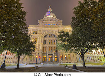 The front fa?ade of the Texas Capitol building at night -...