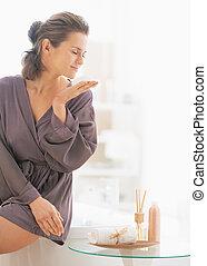 jovem, mulher, cheirando, sabonetes