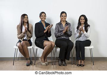 mujer, empresa / negocio, Sentado, sillas, Aplaudir, indio, fila