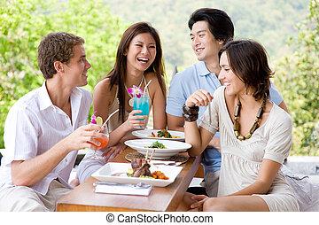 amigos, teniendo, almuerzo
