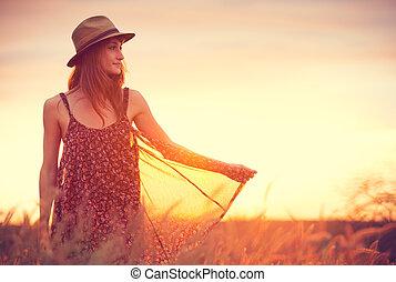 hermoso, mujer, dorado, campo, ocaso