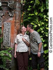 Verliebt auf Bali - Paar ksst sich vor einem Tempel