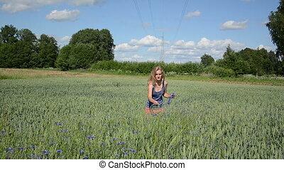 girl put crown head - Pretty farmer woman make wreath crown...