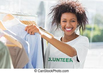 het glimlachen, vrouwlijk, vrijwilliger, kleren, rek