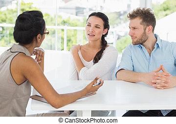 Terapeuta, falando, par, sentando, escrivaninha