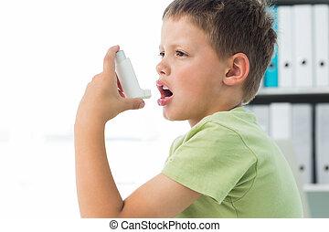 Menino, usando, asma, inalador