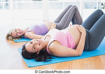 sonriente, embarazada, mujeres, yoga, clase, acostado,...