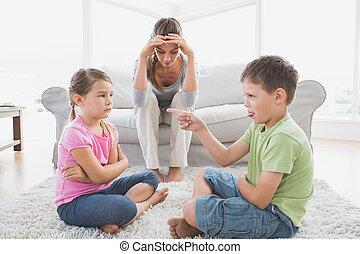 与えられる, 彼女, の上, 若い, 聞くこと, 母, 口論しなさい, 子供