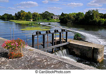 Sluice on the Sarthe river in Franc - Lock on the Sarthe...