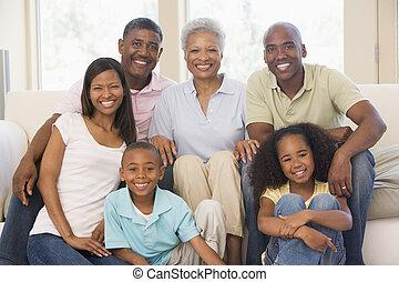 estendido, família, vivendo, sala, sorrindo