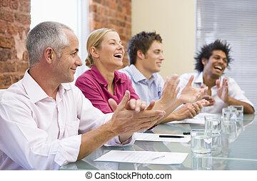 cuatro, businesspeople, sala juntas, aplaudiendo, sonriente