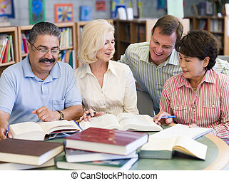 maduras, estudantes, estudar, biblioteca