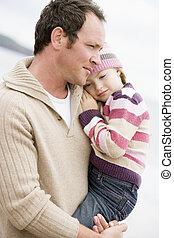 pai, segurando, filha, praia