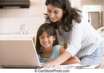 mulher, jovem, menina, cozinha, laptop, paperwork, smilin