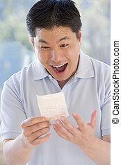 homem, Ganhar, loteria, bilhete, excitado, sorrindo