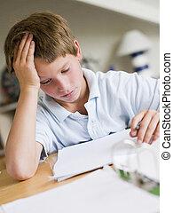 jovem, Menino, fazendo, dever casa, em, seu, sala