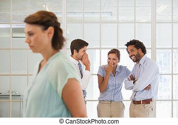 colegas, chismoso, triste, mujer de negocios, primer plano