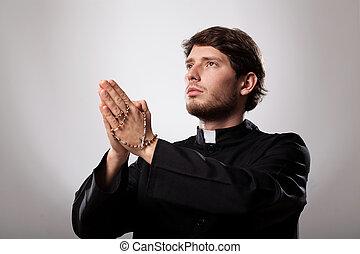 sacerdote, rezando