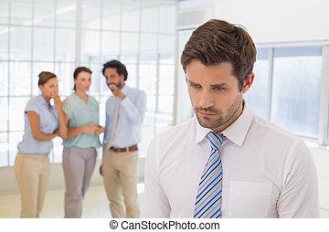 colegas, chismoso, triste, hombre de negocios, primer plano