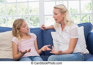 sofá, enojado, madre, hija, regaño