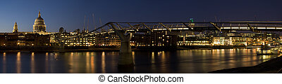 St Paul\'s Cathedral at night