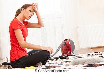 Primer plano, joven, morena, limpieza, alfombra, cansado,...