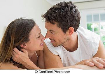 gros plan, décontracté, couple, mensonge, lit