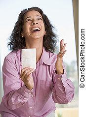 mulher, Ganhar, loteria, bilhete, excitado, sorrindo