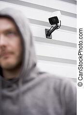 vigilancia, cámara, y, joven, hombre, en,...