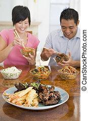 jonge, paar, het genieten van, Chinees, Voedingsmiddelen