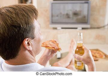 homem, desfrutando, Cerveja, e, pizza, em, frente, de, tv