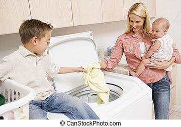 mãe, e, crianças, fazendo, lavanderia