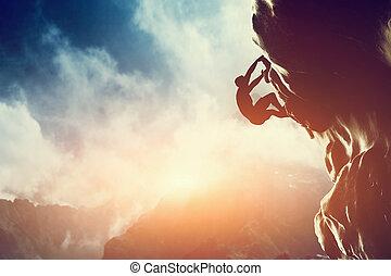 Um, silueta, homem, escalando, rocha, montanha, pôr do...