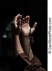 muçulmano, rosário, segurando, mãos