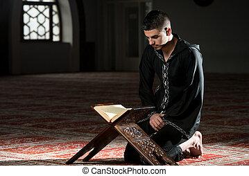 jeune, musulman, homme, lecture, les, coran
