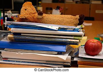Stapel Unterlagen am Arbeitsplatz - Unterlagen stapeln sich...