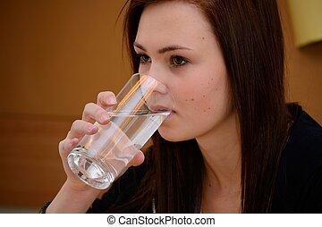 Teenager trinkt Glas Wasser - Maedchen trinkt Glas Wasser -...