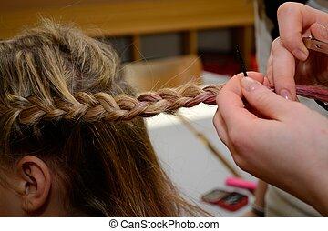 Teenager beim Friseur - Teenager laesst sich Zoepfe machen