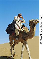 homem, móvel, telefone, Montando, camelo, deserto