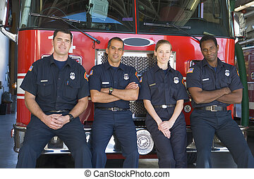 retrato, bomberos, posición, fuego, motor