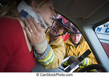 Bombeiros, ajudando, ferido, mulher, car