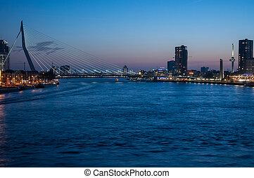 Erasmusbrug in blauwe uurtje - Mooie foto van Rotterdam in...
