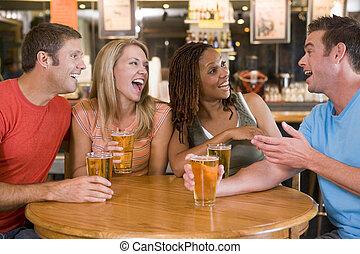 grupp, ung, vänner, drickande, skratta, hinder