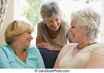 três, mulheres, vivendo, sala, falando, sorrindo