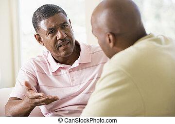 dois, homens, vivendo, sala, falando